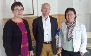 Oikealla uusi puheenjohtaja Pirjo Sjögren, keskellä varapuheenjohtaja Markku Koskinen ja vasemmalla toiminnanjohtaja Maarit Teuri
