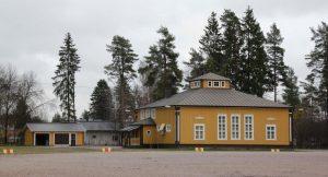 Ojakkalan urheiluta, vasemmalla varastorakennus. Kuva: Paavo Hacklin