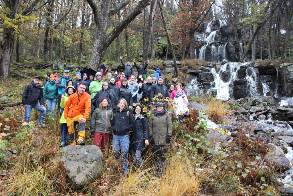 Outdoor Leader retkiryhmä Ruotsissa syksyllä 2019 vesiputouksen edessä.